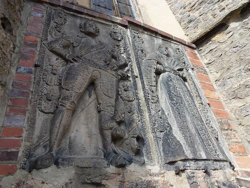 Cało-postaciowe płyty nagrobne w południowo-wschodniej ścianie kościoła śś. Piotra i Pawła w Strzegomiu
