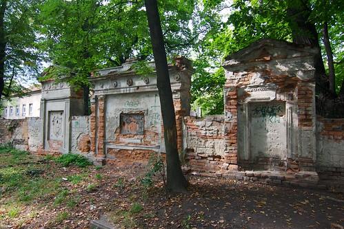Relikty epitafiów na dawnym cmentarzu w Paczkowie