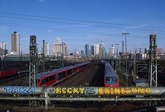 Welcome to Frankfurt (sylvie bergere) Tags: skyline trains uno rails stace taka eriks frankfurtmain zge schienen rhb taker
