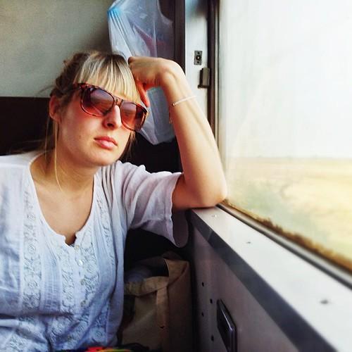 Tuva er ikke begeistret for fire timer med tog. Og kun myrer å se på.