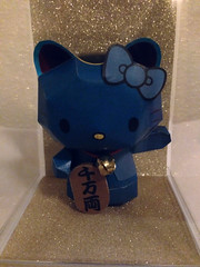 Hello Kitty Lucky Cat Maneki-Neko in Blue (Gold bkg) (My Melo) Tags: hellokitty sanrio manekineko papercraft luckycat