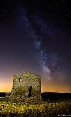 Vía láctea (www.jorgelazaro.es) Tags: cabañadevolta ruina nocturna paisaje noche luz estrellas choza linterna campo luces pedraseca víaláctea azul