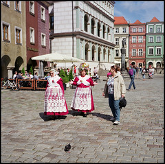 Agfa Super Isolette Fuji Pro 160 August 2016 02_02 (Hans Kerensky) Tags: agfa super isolette folder solinar lens fujifilm pro 160ns film scanner plustek opticfilm 120 poland august 2016 poznan stary rynek old market square traditional costume women