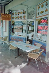 food travels (Riex) Tags: siamtaste thaicuisine restaurant thai food storefront seat table street rue murphy avenue historic quartier sunnyvale california californie cosinavoigtlander bessaflex tm m42 28mm film reflex screwmount analog analogue silverhalide cn200 agfa agfaphoto agfacolor pancakelens optomax mc f28