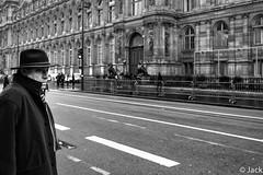 l'homme au chapeau (Jack_from_Paris) Tags: leica bw man paris hat de angle noiretblanc wide rangefinder chapeau monochrom mode ville lightroom htel m82 dng 10711 tlmtrique voigtlandercolorskopar21mmf4 l1001818bw