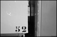 Enkhuizen (BrinksFotografie) Tags: zeiss zwartwit kodak trix container contax g2 enkhuizen 52 noordholland glasbak carlzeiss trix400 zww