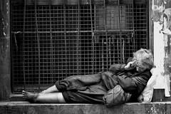lonely people (FedeSK8) Tags: street people italy white black donna nikon dramatic persone e napoli naples tic bianco strade nero federico scotto crisi senzatetto poverta d80 vagabondi fedesk8