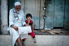 grandfather and grandchild (Hoerbarium) Tags: world travel people india reading newspaper grandfather streetphotography grandchild kolkata calcutta reise travelphotography reisefotografie