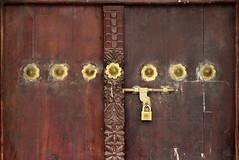 tanzania 0937erxG (pyst) Tags: tanzania zanzibar puertas detalle cerrojos candados