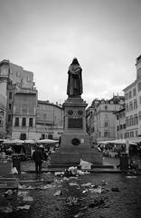 Campo de'Fiori (Chaoqi Xu) Tags: italy sculpture white black rome roma de photography photo italia foto monumento campo fotografia fiori bruno nero viaggio   xu giordano  storico scultura         bronzo    chaoqi