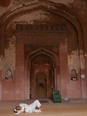 Rest in the mosque. (magellano) Tags: india man delhi indian muslim mosque riposo uomo rest masjid ul indiano moschea khair mussulmano khairulmanazil manazil bestofhouses miglioredellecase