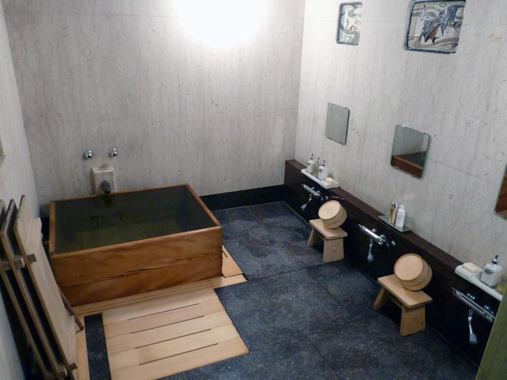 Salle de bain japonaise traditionnelle – lombards