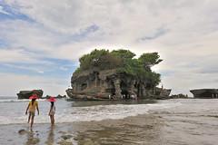 Tanahlot, Bali (jeremyhughes) Tags: sea bali children indonesia landscape temple nikon hats 24mm nikkor worldheritage tanahlot d700 24mmf14g