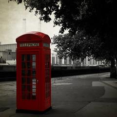 Llamada en espera (Manuel Gayoso) Tags: inglaterra blackandwhite bw textura byn blancoynegro cutout rojo bn cabina londres battersea telefono bankside cruzadas cruzadasgold cruzadatécnica