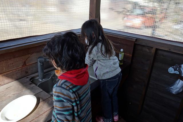 食器を洗う子供達