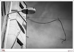 M - p365jvr - 03 de abril de 2013. 93/365 (Javier Vegas (Alias El Vegas)) Tags: vegas blancoynegro nikon farola 04 05 abril cable bn cables 94 palencia d90 2013 p365jvr