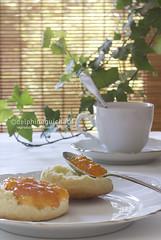 Marmelade d'orange, scones (Delphine Guichard/diguimi) Tags: orange cup tasse breakfast bread recipe photography pain photographie tea plate spoon foodporn british cloth jam brioche marmalade assiette comfortfood recette cuillère confiture thé marmelade anglais petitdéjeuner canon50mm