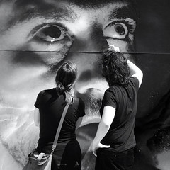 Un certain regard (_ Adle _) Tags: bruxelles streetart fresque peinte urbana regarddecinma passants fascination rue arturbain nb noiretblanc bw blackandwhite monochrome bozar