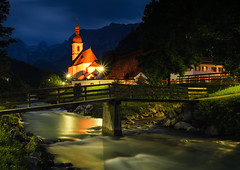 Bayerisches Postkarten-Idyll (Philipp Zieger - www.philippzieger-photographie.de) Tags: nacht berchtesgadenerland ramsau zelten bayern blauestunde night kirche church tal valley bavaria fluss river panorama idylle camping bluehour tourismus wandern hiking longexposure sony a6000 sel2418zeiss wasser water religion deutschland germany mountain gebirge alpen alps