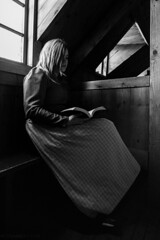 granjera (Mauro Esains) Tags: lectura lectora ambientacin museo islandia glumbaer granjera turismo travel viajes casa antigua libro luz exterior habitacin oscuridad blanco y negro