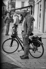 Droit comme un i (Frd.C) Tags: homme man beaune bourgogne dijon street instant pause pose canon lens 100mm 5d