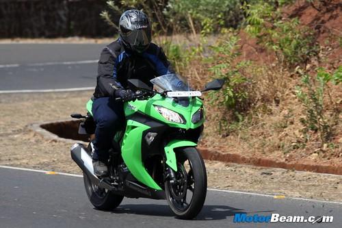 Kawasaki-Ninja-300-03