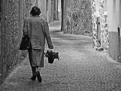lonely walk (RadarOReilly) Tags: strase street strasenfotografie streetphotography sw schwarzweis bw blackwhite monochrome