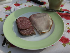 Salami und Krustenbraten auf Vollkornbrot (multipel_bleiben) Tags: frhstck zugastbeifreunden