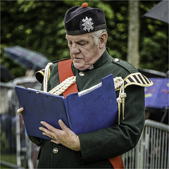 Keeping the score. (squirrel.boyd) Tags: bagpipes kilts pipebands scottish drums
