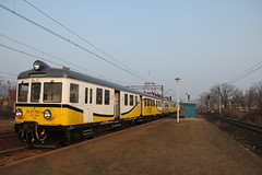 PR EN57-1192 , Wrocaw Muchobr train station 30.03.2013 (szogun000) Tags: railroad station electric set train canon tren poland polska rail railway commuter emu pr passenger trem treno ezt regio wrocaw pkp pocig  lowersilesia dolnolskie dolnylsk en57 przewozyregionalne wrocawmuchobr en571192 canoneos550d canonefs18135mmf3556is d29273 d29275 d29757 d29758