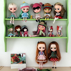 Dolly Shelf Sunday (*Pppilottchen aka dollily*) Tags: stella yellow 04 annabelle emma lola 15 mischa blythe guest lumi 08 customs jette gast lati imina grownupbelle secretdollpersons dollyshelfsunday puppenregalsonntag dollilydolls