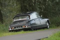 Godin van de weg (Roberto Braam) Tags: auto road old black classic wet netherlands car rain mobile vintage dark french drops nikon europa europe d70s ds goddess citron voiture retro vehicle 20 groningen spotting snoek vehikel desse padde haifisch strijkijzer ds20 hoornsedijk dl4201 robertobraam