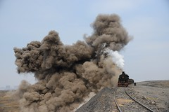 Dust explosion (Frhtau) Tags: life china new old city people building station stone modern yard train asia mine republic crossing power wind time destruction industy hard plan railway scene steam east peoples pollution ash worker locomotive coal dust sian freight province tipping abriss modernisation chinoise sy dampflok umwelt replace enviroment liaoning shunting halde schutt  fuxin  chin lionng  volksrepublik shng