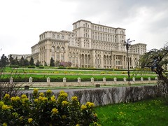The Palace of the Parliament, Bucharest, Romania (Ramona R***) Tags: plaza flowers trees flores building tree green primavera grass arquitetura architecture alberi fleurs square spring big arquitectura arboles place edificio palace arbres romania fiori parlament 1001nights parlement bucharest printemps btiment gebude architettura palast imposing bucuresti rumania romanian palacio roumanie casadelpopolo bucarest primavara flori frhjahr construo gazon noclassique brazi neoclsico izvor casapoporului palat cladire casadelpueblo palatulparlamentului neoclassico palaceofparliament piataconstitutiei neoclassicalstyle casadopovo lamaisondupeuple palaciodelparlamento 1001nightsmagiccity thepeopleshouse parlamentulromaniei neoklassischen edificiodelpueblo stilneoclasic dasvolkshaus