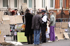Protestors at the Ecuadorian Embassy (Ian Press Photography) Tags: street people london person pc julian candid protest streetphotography police embassy met protesting metropolitan protestors 999 ecuadorian wikileaks assange