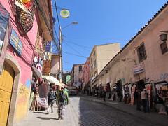 """Lac Titicaca: notre rue dans le centre historique <a style=""""margin-left:10px; font-size:0.8em;"""" href=""""http://www.flickr.com/photos/127723101@N04/28316825760/"""" target=""""_blank"""">@flickr</a>"""