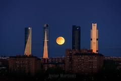 Luna llena con eclipse penumbral entre las Cuatro torres de Madrid (Javier Martnez Morn) Tags: moon moonrise harvestmoon city madrid cuatrotorres 4torres eclipse penumbral luna atardecer sunset sonyalpha sonya6000