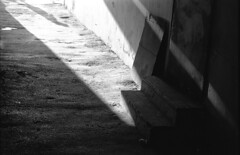 \gateway (MZ163) Tags: samara leicar8 varioelmar35704 film fujiacros bw monochrome russia shadow