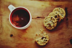 Pausa (JavierAndrs) Tags: wood food texture textura cup coffee caf cookies breakfast four cuatro 50mm evening milk madera nikon flickr afternoon dof drink bokeh chocolate comida 14 beverage chips depthoffield explore hoy bite rest crumbs pause nikkor cocoa today desayuno taza leche tarde bitten descanso bebida mordida migas galletas pausa profundidaddecampo chispas merienda masitas explored tardesita d3100
