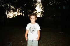 (Marco Antonecchia) Tags: contax contaxt2 fujifilm analog streetphotography children superman filmphotography film filmisnotdead 35mm supermantshirt bambino compactfilmcamera kid
