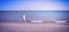 Tirolese marittimo (Colombaie) Tags: skagen grenen due mari punta estrema incontro oceano baltico mardelnord spiaggia ritratto street beach uomo maschio scalzo camminare bagnasciuga piedi nudi cappello camicia piuma pantaloncini tirolo gabbiano nave onda ameliepoulain