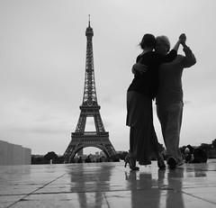 Tango Argentina (Christof Timmermann) Tags: olympusomd blackwhite streetfotografie paris eiffelturm monochrom tango dance dancing