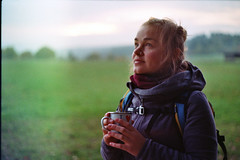 Herbstzeit = Teezeit (ansehen) Tags: frau woman mdchen girl wandern tee tea hike sonnenuntergang sunset happy frhlich tasse cup wiese meadow leuchten lightning shining kalt cold abenddmmerung abendstimmung abend evening