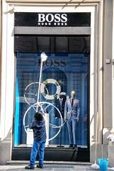 memo: quest'anno va il bianco e blu (g_u) Tags: people man florence gente persone uomo negozio firenze vetrina gu ugo lavoro riflesso hugoboss secchio pulire viadeglispeziali