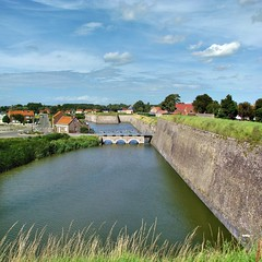 Versterkte stad aan het water -(13)- The fortified town drifting with the river