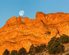 Moonset in The Garden of The Gods (glness) Tags: moon sunrise colorado gardenofthegods coloradosprings redrocks moonset manitousprings rockformation kissingcamels gregness