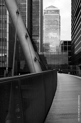 South Quay Footbridge (Ian Smith (Studio72)) Tags: bridge london metal architecture metropolis curve canarywharf onecanadasquare swooping rx100 studio72 modernlondon southquayfootbridge sonyrx100