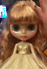 Champagne Allegra!! My first (and last) Anniversary Blythe! I love her by that tangled hair! What to do? The fibre is similar to Bling Blings