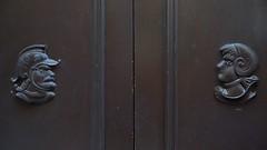 tte  tte (marc.fray) Tags: hyres hyreslespalmiers porte porche ttes sculptures bois vieilleville var provence paca france door tr facetoface ttette