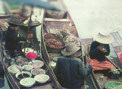 VITA SULL'ACQUA (ADRIANO ART FOR PASSION) Tags: barche persone canale bangkok vita vitasulfiume scansione epsonv550 cibi food people boats river oriente fareast scan oldslide diapositiva slide gente 1974 tailandia thailand